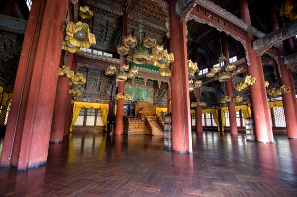 The inside of Injeonjeon has curtains and lights, showing its latter influence.