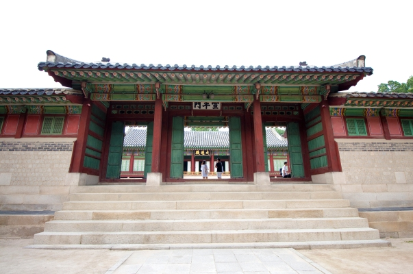 Seonpyeongmoon, the gate leading to the queen's hall